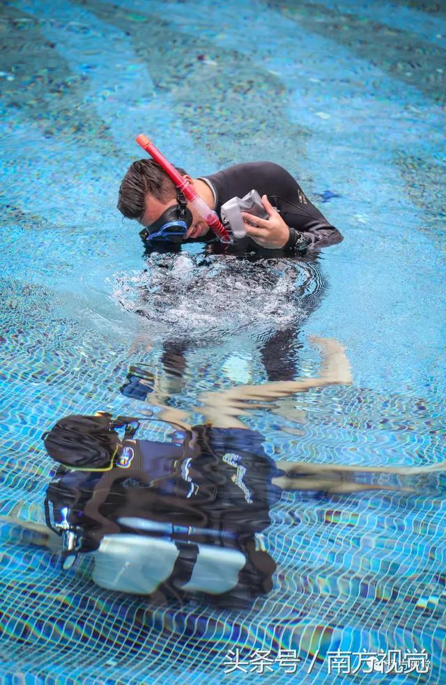 教練使用對講機對水下學員發出指令