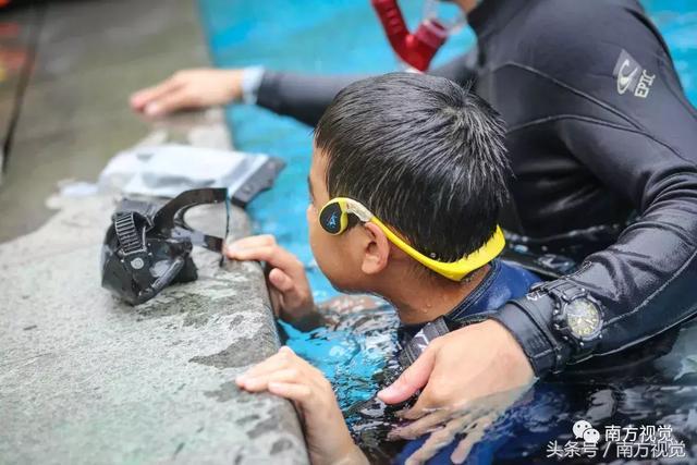 助聽器能讓學員在水下收聽到教練的指令
